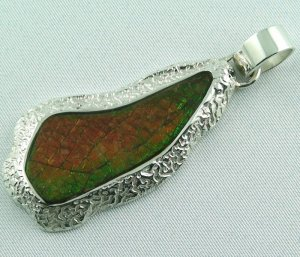 29.75 gr. silver pendant with 28.06 ct ammolite (dragon scale)