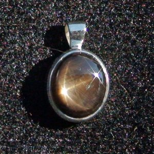 2.35 gr. silver pendant and chain with 5.99 ct star sapphire