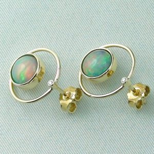 4.00 gr. opal ear studs, earrings 18k gold with 2.62 ct welo opals, pic3