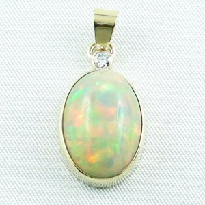 5.10 gr. gold pendant with 10.05 ct Welo Opal