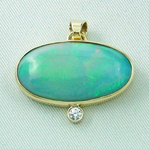 6.03 gr. Gold pendant with 9.78 ct Welo Opal and diamond