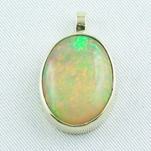 4.78 gr. Gold pendant with 7.67 ct Welo Opal