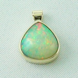 3.52 gr. gold pendant with 5.79 ct Welo Opal