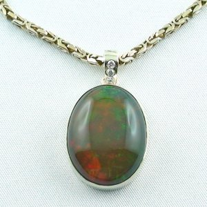 26,23 gr. Necklace with 33,41 ct Welo Opal and diamonds
