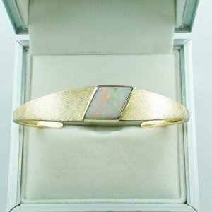 40.33 gr opalbangle, 18k gold bracelet with white opal 4.65 ct
